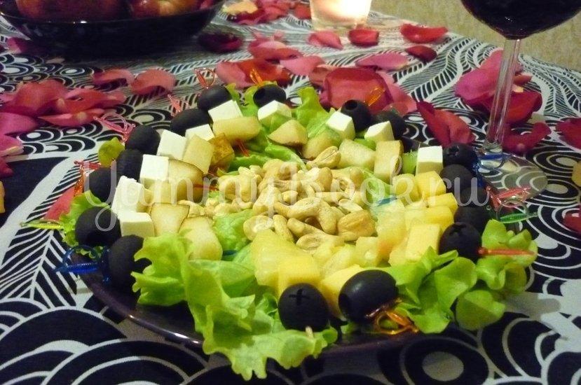 Пикантные канапе с сыром, фруктами и маслинами - шаг 15