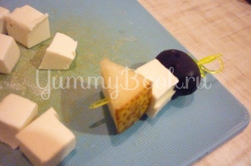 Пикантные канапе с сыром, фруктами и маслинами - шаг 10