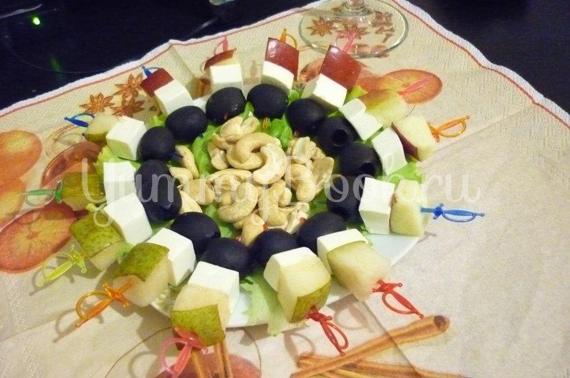 Пикантные канапе с сыром, фруктами и маслинами - шаг 17