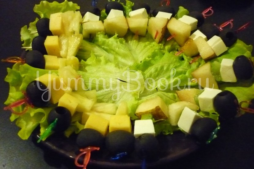 Пикантные канапе с сыром, фруктами и маслинами - шаг 13
