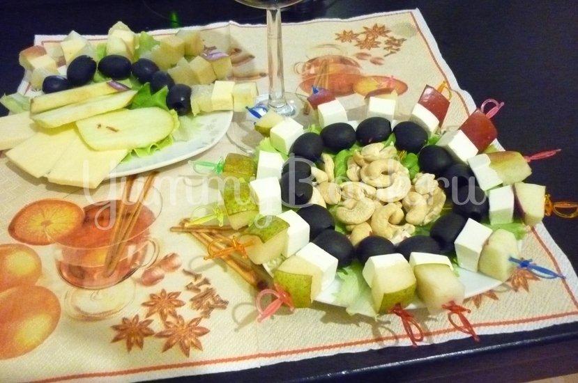 Пикантные канапе с сыром, фруктами и маслинами - шаг 16