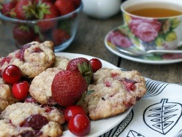 Печенье с клубникой и черешней