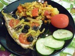 """Филе индейки, запечённое с маслинами, """"Черри"""" и болгарским перцем"""