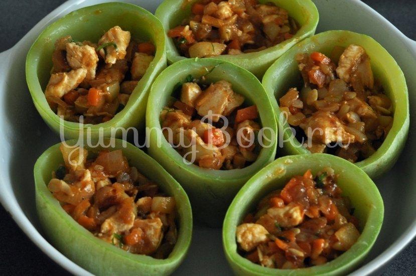 Кабачки, фаршированные курицей и овощами - шаг 10