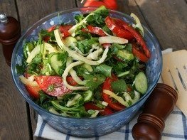 Салат овощной с сулугуни