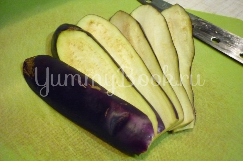 Канапе-рулетики из баклажанов с сыром и помидорами - шаг 2