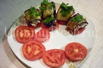 Канапе-рулетики из баклажанов с сыром и помидорами - шаг 15