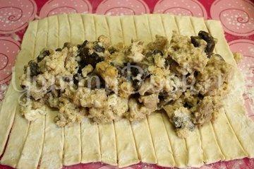 Яичница с филе и грибами в слоёном тесте - шаг 7
