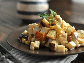 Хрустящий салат с курицей, сыром и кукурузой