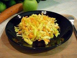 Лёгкий салат с капустой, морковью и яблоком