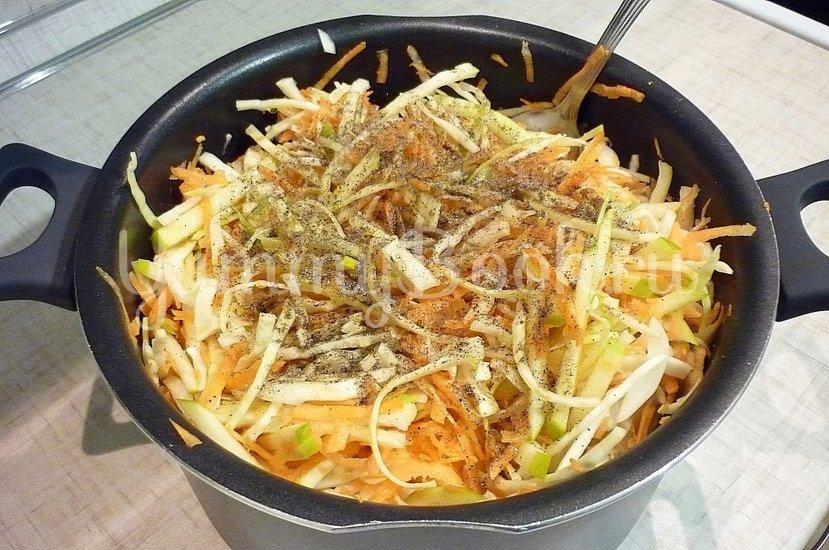 Лёгкий салат с капустой, морковью и яблоком - шаг 5