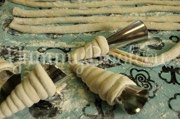 Слоеные трубочки с начинкой из курицы – кулинарный рецепт