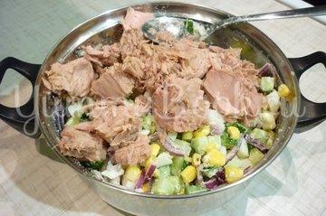 Лёгкий салат с тунцом и овощами - шаг 6