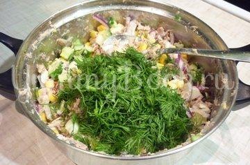 Лёгкий салат с тунцом и овощами - шаг 7