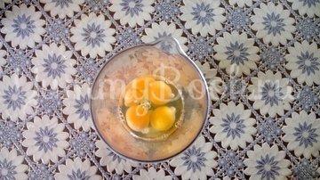 Пирог с зеленым луком и яйцом в мультиварке - шаг 1