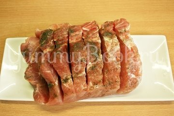 Свинина запечённая с овощами и грибами - шаг 1