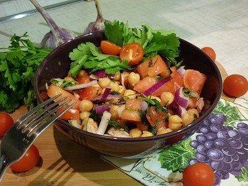 Сытный и полезный салат с нутом