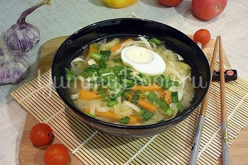 Куриный суп с лапшой, имитирующий японскую кухню