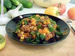 Тушёная фасоль с овощами в томатном соусе