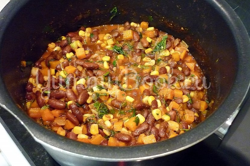 Тушёная фасоль с овощами в томатном соусе - шаг 11