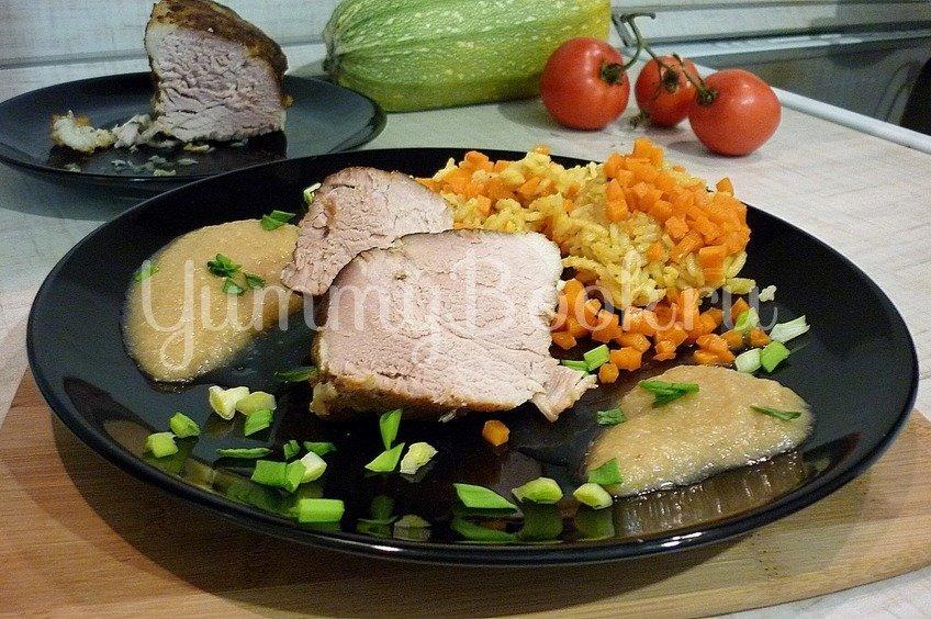 Запечённая свинина с луково-яблочным соусом