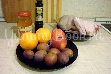 Утка, запечённая со сливами и яблоками - шаг 1