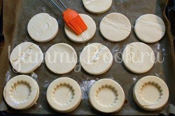 Тарталетки из слоёного теста с начинкой - шаг 2