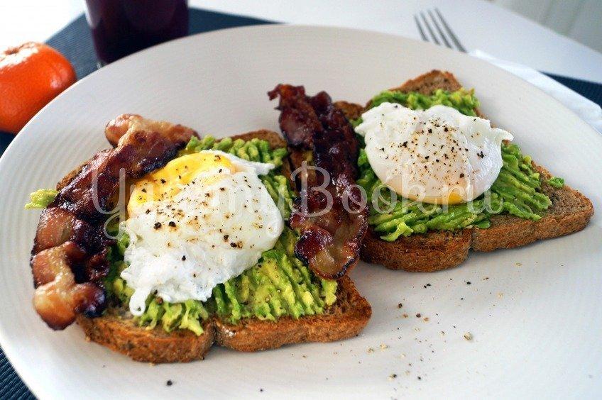 Сендвич с авокадо и яйцом-пашот