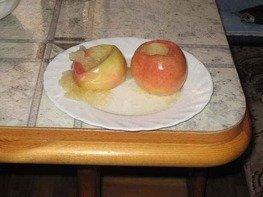 Яблоки с сахаром в микроволновой печи