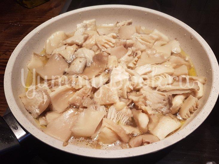 Вешенки с жареной картошкой - шаг 8
