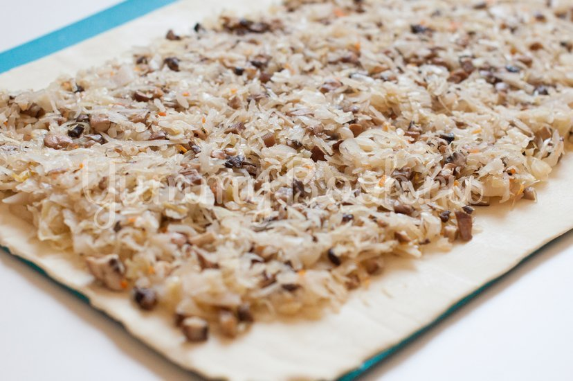 Слойки с квашеной капустой и грибами - шаг 6