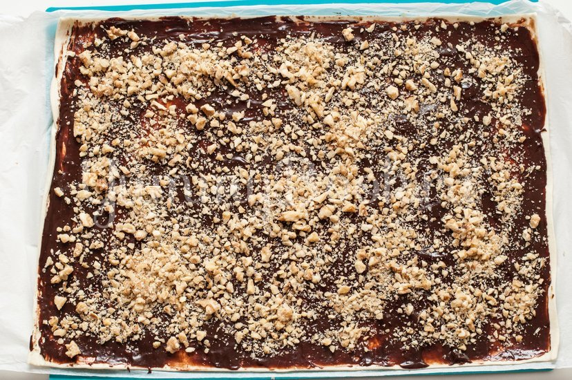 """Слоеное печенье """"Ушки"""" с орехами и шоколадом - шаг 5"""