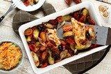 Запеченная курица с овощами и салатом