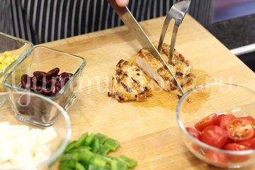 Легкий салат с курицей и свежими овощами - шаг 3