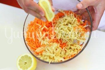 Свежий салат с морковью и яблоками - шаг 2