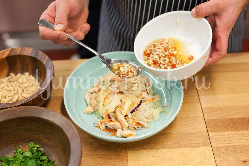 Салат с курицей и рисовой лапшой по-тайски - шаг 6