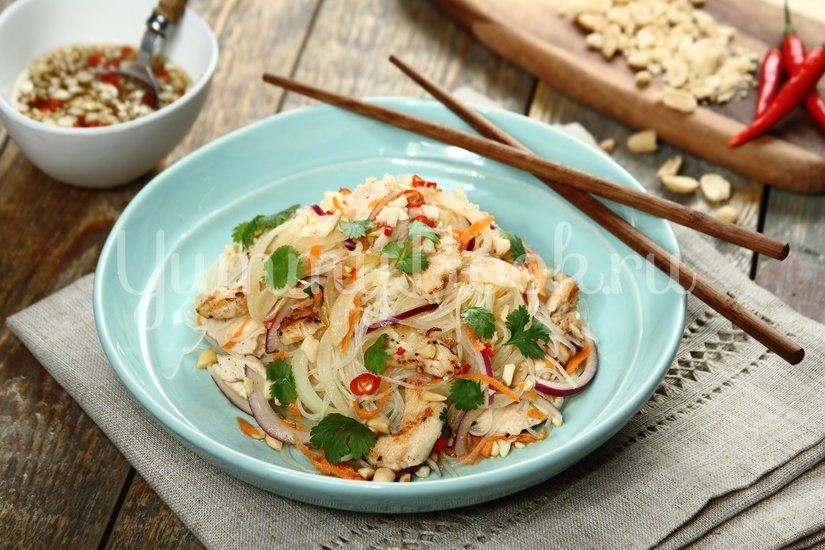 Салат с курицей и рисовой лапшой по-тайски - шаг 7