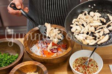 Салат с курицей и рисовой лапшой по-тайски - шаг 5
