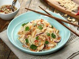 Салат с курицей и рисовой лапшой по-тайски