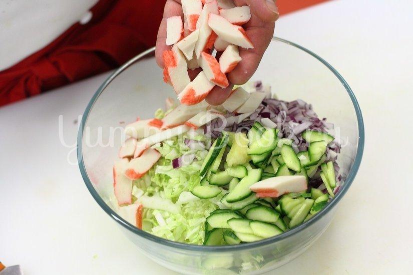 Салат с крабовыми палочками и пекинской капустой - шаг 4
