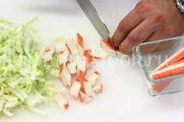 Салат с крабовыми палочками и пекинской капустой - шаг 1