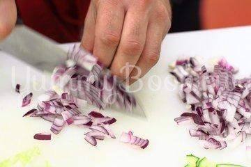 Салат с крабовыми палочками и пекинской капустой - шаг 3