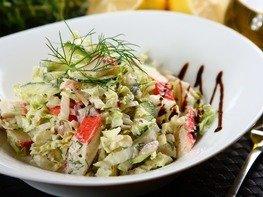 Салат с крабовыми палочками и пекинской капустой