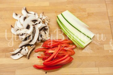 Сосиски с овощами в слоеном тесте - шаг 2