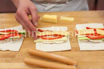 Сосиски с овощами в слоеном тесте - шаг 3