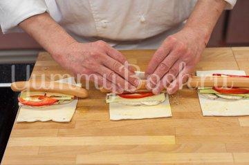 Сосиски с овощами в слоеном тесте - шаг 4