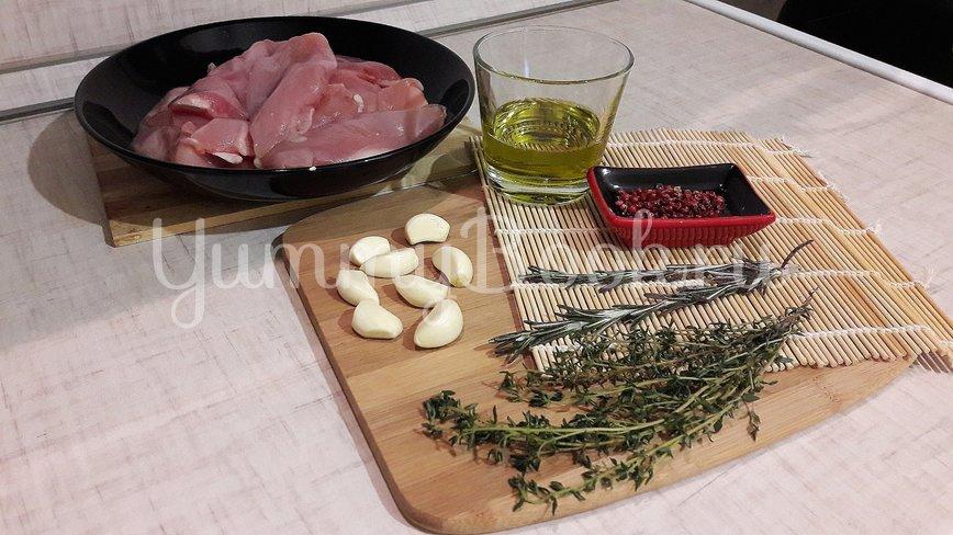 Куриное филе, замаринованное в оливковом масле с розмарином и тимьяном - шаг 1