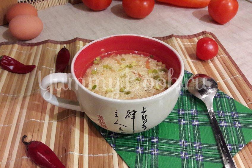 """Бульон с """"яичной паутинкой"""", томатами и зелёным луком"""