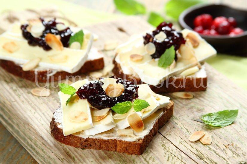 Бутерброд с сыром Камамбер и клюквенным вареньем - шаг 4