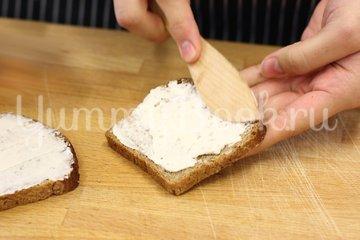 Бутерброд с сыром Камамбер и клюквенным вареньем - шаг 1